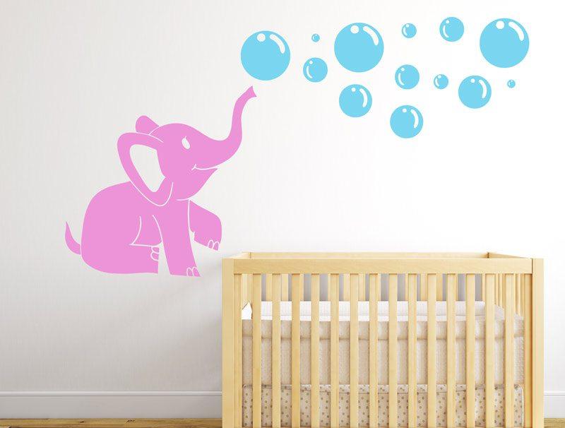 מדבקת קיר לחדר ילדים - פיל קטן עם בועות סבון
